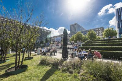 Nederland, Rotterdam,  09-09-2016 Campus Woudestein, in de zomer. Studenten genieten over de hele campus van de zon, buiten studeren, bijpraten, trappen, vijver, plaza Foto: ©Ronald van den Heerik/Hollandse Hoogte