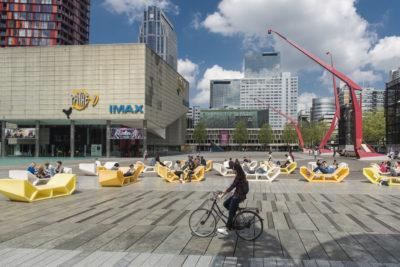 Nederland, Rotterdam, 11-05-2016 Mensen op plastic lig- en zit elementen. Zomerse sfeer. Meisje fietst voorbij. foto: Ronald van den Heerik/Hollandse Hoogte